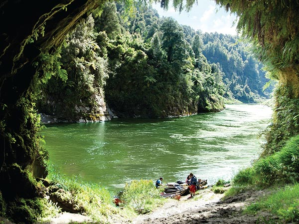 Canoing in the Whanganui National Park - Ocean Belcher