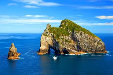 Cruise boat at the famous Hole in the Rock, Bay of Islands - NZ Sighteeing Tour
